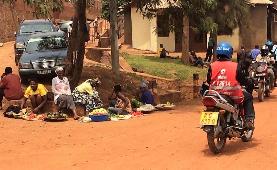 En vanlig syn i Kigali. Motorcykeltaxi och gatuförsäljning.